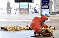 化学剤散布のテロを想定した合同訓練をする消防隊員ら=大阪市住之江区で2019年2月5日、山崎一輝撮影