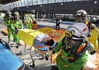 G20サミットの開催施設であるインテックス大阪で、合同訓練をする消防隊員ら=大阪市住之江区で2019年2月5日、山崎一輝撮影