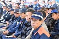 G20サミットに向けた合同訓練を見守る消防隊員ら=大阪市住之江区で2019年2月5日、山崎一輝撮影
