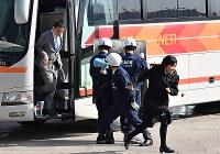G20サミットに向けた合同訓練で、人質役の女性らをバスから誘導する警察官たち=大阪市住之江区で2019年2月5日、山崎一輝撮影