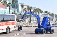 G20サミットに向けた合同訓練で、爆発物の処理をする警察官ら=大阪市住之江区で2019年2月5日、山崎一輝撮影
