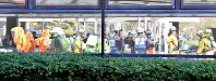 G20サミットに向けた合同訓練で、窓ガラスに映り込む消防隊員ら=大阪市住之江区で2019年2月5日、山崎一輝撮影