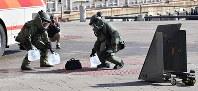 G20サミットに向けた合同訓練で、爆発物の処理をする警察官たち=大阪市住之江区で2019年2月5日、山崎一輝撮影