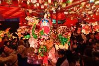「長崎ランタンフェスティバル」が開幕し、色鮮やかに浮き上がるランタンやオブジェ=長崎市で2019年2月5日午後6時16分、野田武撮影