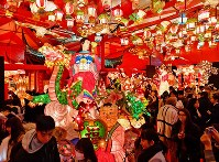 「長崎ランタンフェスティバル」が開幕し、多くの観光客でにぎわう会場=長崎市で2019年2月5日午後6時36分、野田武撮影