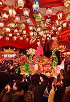 「長崎ランタンフェスティバル」が開幕し、多くの観光客でにぎわう会場=長崎市で2019年2月5日午後6時27分、野田武撮影