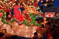 「長崎ランタンフェスティバル」が開幕し、色鮮やかに浮き上がるランタンやオブジェ=長崎市で2019年2月5日午後6時13分、野田武撮影