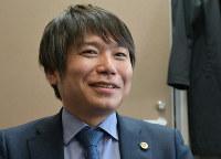 笑顔を交えてバンド活動を振り返る塩山さん=福岡市中央区で2019年1月18日14時58分、佐野格撮影