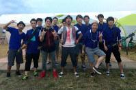 2013年の北海道で開かれたロックフェスに参加した「SKA SKA CLUB」のメンバー。前列右端が塩山さん=塩山さん提供