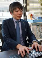 弁護士としての業務に励む塩山さん=福岡市中央区で2019年1月18日14時58分、佐野格撮影
