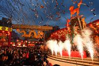 「長崎ランタンフェスティバル」が開幕し、色鮮やかに浮き上がるランタンやオブジェ=長崎市で2019年2月5日午後6時、野田武撮影