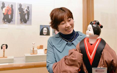 一人遣い用の人形を手に笑顔を見せる細川貂々さん=大阪市中央区で、望月亮一撮影