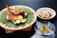 (手前右から時計回りに)キンメダイの煮こごり、酒盗焼き、煮付け=大阪市阿倍野区の「エコール 辻 大阪」で、加古信志撮影