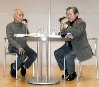 2002年に開かれた現代詩国際セミナーで対話する谷川俊太郎さん(左)と大岡信=山口県秋芳町の秋吉台国際芸術村で、大井浩一撮影