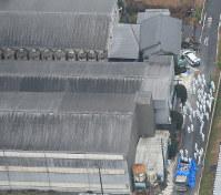 豚コレラが確認された養豚場で殺処分の作業をする関係者ら=愛知県豊田市で2019年2月6日午前10時21分、本社ヘリから望月亮一撮影