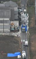 豚コレラが確認された養豚場で殺処分の作業をする関係者ら=愛知県豊田市で2019年2月6日午前10時18分、本社ヘリから望月亮一撮影