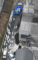 豚コレラが確認された養豚場で殺処分の作業をする関係者ら=愛知県豊田市で2019年2月6日午前10時14分、本社ヘリから望月亮一撮影