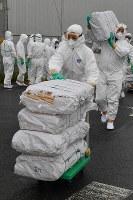 豚コレラが確認された養豚場に向かう関係者=愛知県豊田市で2019年2月6日午前10時27分、大西岳彦撮影