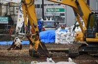 豚コレラが確認された養豚場付近で殺処分の作業を進める関係者ら=愛知県豊田市で2019年2月6日午前10時19分、大西岳彦撮影