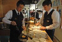 肥薩おれんじ鉄道:スープは列車内のキッチンで温め、乗客に提供する=2013年3月6日、寺田剛撮影