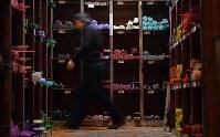 色とりどりのガラス棒が並ぶ作業場=大阪府和泉市の佐竹ガラスで、猪飼健史撮影