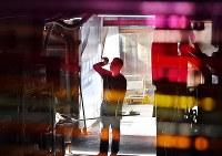 仕事の合間、汗を拭う職人=大阪府和泉市の佐竹ガラスで、猪飼健史撮影
