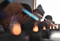 修学旅行の一環でガラス細工作りを体験する浦和工業高校の生徒たち=大阪府和泉市の佐竹ガラスで、猪飼健史撮影