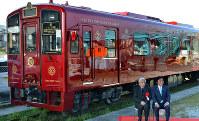 平成筑豊鉄道:陽光に深紅に輝く「ことこと列車」=福岡県福智町で2019年2月5日午前11時3分、峰下喜之撮影