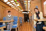 平成筑豊鉄道:天井にステンドグラスも配し、明るい「ことこと列車」の車内=福岡県福智町の平成筑豊鉄道車両基地で2019年2月5日