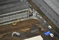 豚コレラの陽性反応が出た養豚場の周辺で防疫作業をする防護服姿の作業員=愛知県豊田市で2019年2月6日午後1時12分、本社ヘリから