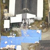 豚コレラの陽性反応が出た養豚場で始まった防疫作業=岐阜県恵那市で2019年2月6日午後1時43分、本社ヘリから