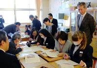日本語教室の授業を視察する滋賀県教委の教育委員ら=滋賀県湖南市の市立日枝中学校で、大澤重人撮影