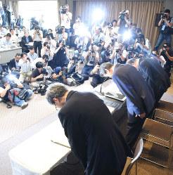 不正会計問題で頭を下げる東芝の経営陣(当時)。監査を担当した新日本監査法人は行政処分を受けた(2015年7月21日)