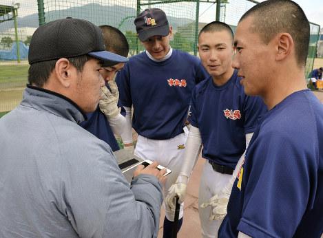データを見ながら、赤沢賢祐部長(左)の指導を受ける塩田開都選手(右)ら呉の選手たち=山崎征克撮影
