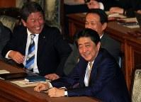 参院本会議に臨む安倍晋三首相(右)ら=国会内で2019年2月7日午後7時53分、梅村直承撮影