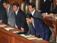 参院本会議で2018年度第2次補正予算が可決成立し一礼する安倍晋三首相(右)ら=国会内で2019年2月7日午後8時4分、梅村直承撮影