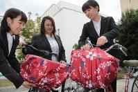 ひったくり防止用カバーを前かごに付けた自転車=大阪市で2018年10月31日、宮川佐知子撮影