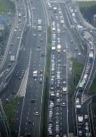 東名高速道路・海老名ジャンクション付近の下り線(右)=神奈川県海老名市で2017年8月11日、本社ヘリから