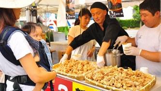 全国から揚げ物が集まる「あげあげサミット」。日本人も揚げ物は大好きだ=滋賀県湖南市で2016年9月3日