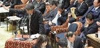 衆院予算委員会で答弁する根本匠厚生労働相(左)。右端は安倍晋三首相=国会内で2019年2月8日午後4時24分、川田雅浩撮影