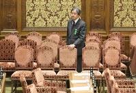 この日の衆院予算委員会が終わり、すべての閣僚が退室するまで待つ厚生労働省の大西康之前政策統括官=国会内で2019年2月8日午後5時9分、川田雅浩撮影