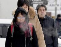 白い息を吐きながら寒そうに歩く人たち=札幌市中央区で2019年2月8日午前8時8分、竹内幹撮影