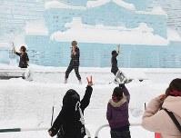 厳しい寒さの中、開催され盛り上がるさっぽろ雪まつり=札幌市中央区で2019年2月8日午前10時、竹内幹撮影