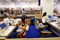 職場に3歳の長女麦ちゃん(右)を連れて働く米山玲子さん。体験型カタログギフトを企画・販売する会社「ソウ・エクスペリエンス」では保育園に預けることができなかった社員に子連れ出勤を認めている=東京都渋谷区で2019年1月31日、長谷川直亮撮影