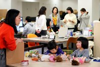 オフィスの一角で遊ぶ子供たち。体験型カタログギフトを企画・販売する会社「ソウ・エクスペリエンス」では保育園に預けることができなかった社員に子連れ出勤を認めている=東京都渋谷区で2019年1月31日、長谷川直亮撮影