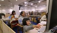 体験型カタログギフトを企画・販売する会社「ソウ・エクスペリエンス」のオフィスにはにぎやかな子供たちの声が響いていた。同社では保育園に預けることができなかった社員に子連れ出勤を認めている=東京都渋谷区で2019年1月31日午前11時28分、長谷川直亮撮影