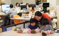 オフィスで鈴子ちゃん(手前左)ら子供たちの面倒を見る松本麻弥さん(35)。体験型カタログギフトを企画・販売する会社「ソウ・エクスペリエンス」では保育園に預けることができなかった社員に子連れ出勤を認めている=東京都渋谷区で2019年1月31日午前10時56分、長谷川直亮撮影