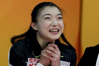 【フィギュア4大陸選手権女子SP】キス&クライで得点を見て喜ぶ坂本花織(日本)=米カリフォルニア州アナハイムで2019年2月7日、AP