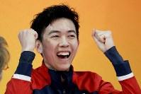 【フィギュア4大陸選手権男子SP】キス&クライで自己最高得点を確認し、ガッツポーズのビンセント・ゾウ(米国)=米カリフォルニア州アナハイムで2019年2月7日、AP