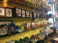 土産物売り場にはヒズボラやイランの指導者の肖像が並ぶ=レバノン南部ムリータで2018年11月19日、篠田航一撮影